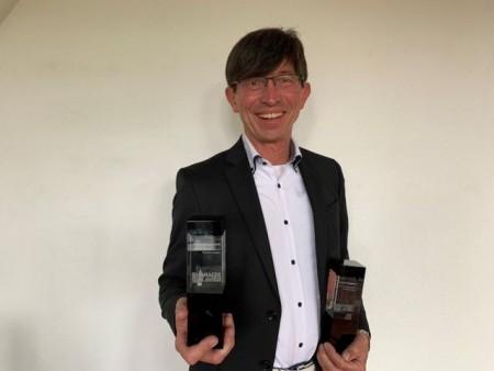 Prof. Dr. Gunther Olesch mit den Auszeichnungen zum HR-Manager des Jahres 2021 und 2020. Foto: IHK-Akademie Ostwestfalen