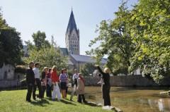 Das Quellbecken der Dielenpader mit dem Blick auf Dom und Kaiserpfalz darf bei einer Stadtführung nicht fehlen.