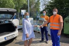 Die ASP-Mitarbeiter Christian Grawe (Mitte) und Matthias Mertens (rechts) verteilen auf dem Recyclinghof An der Talle Flyer und Samentütchen an die Kundin Maren Stratmann (links)Foto: © ASP