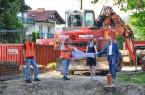 In Nähe des Restaurants Birkenhof entsteht die Brücke über die Sauer – v.l.: Thorsten Kammel (Ingenieurbüro Bockermann Fritze), Frank Behre (Bauunternehmung Nolte), Bürgermeisterin Ute Dülfer und Landrat Christoph Rüther. (Foto: Michael Rüngeler)