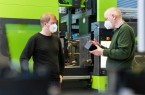 Prof. Dr. Christoph Jaroschek (rechts) und Stephan Kartelmeyer (links) arbeiten gemeinsam an der Senkung des Energieverbrauches bei der Spritzgießfertigung von technischen Kunststoffteilen. (Foto: Felix Hüffelmann / FH Bielefeld)