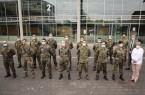 Landrat Sven-Georg Adenauer und Dr. Anne Bunte, Leiterin der Abteilung Gesundheit, verabschieden die Soldatinnen und Soldaten, die bis heute noch die Abteilung Gesundheit unterstützt haben. Foto: Kreis Gütersloh