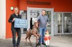 Die ersten Leihgaben sind bereits da: Schausteller Antonio Noack (rechts) und Markus Runte vom Paderborner Stadtmuseum freuen sich auf die Ausstellungseröffnung im Juli.Foto;© Stadt Paderborn