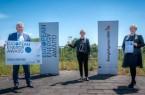 Landrat Jürgen Müller freut sich zusammen mit Klimaschutzmanagerin Anna-Lena Mügge (rechts) und Birgit Rehberg über den European Energy Award. Foto:Kreis Herford