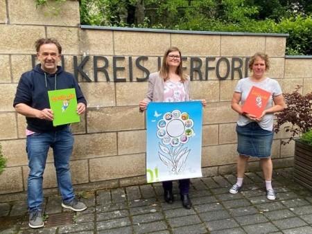 Elmar Boenig, Nadine Passarger und Wencke Nowitzki-Rolfsmeier vom Arbeitskreis »Logbuch« präsentieren das neue Herforder Logbuch. Foto:Kreis Herford