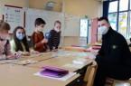 Sprachlernbegleiter Alexander Lünz bringt neu zugewanderten Grundschulkindern spielerisch Deutsch in den Ferien bei. Foto: Kreis Paderborn, Ljiljana Umiljenovic