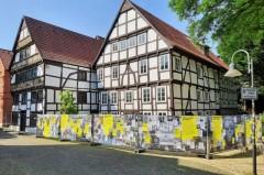 Anlässlich des 60-jährigen Bestehens von Amnesty International zieren ab sofort Baustellenzaunbanner der Organisation den Bauzaun vor dem Adam-und-Eva-Haus.Foto:© Stadt Paderborn
