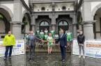 Landrat Christoph Rüther (l.) und Bürgermeister Michael Dreier halten den symbolischen Staffelstab der Radfernfahrt.Foto:© Stadt Paderborn