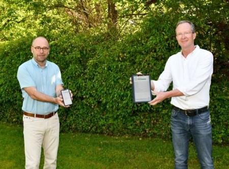 Fachbereichsleiter Michael Werner (links) und Hubertus Abraham vom Kreis Höxter freuen sich, dass sie mit der neuen Abfall-App den Service erheblich ausweiten können. Foto: Kreis Höxter