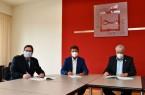Um die enge Zusammenarbeit im Bereich Kinderschutz noch weiter zu verbessern, haben Landrat Michael Stickeln (Mitte), Polizeidirektor Christian Brenski (l.) und Klaus Brune, Leiter des Fachbereichs Familie, Jugend und Soziales des Kreises Höxter, eine Kooperationsvereinbarung unterzeichnet. Sie formuliert unter anderem die Grundlagen der Zusammenarbeit und regelt gemeinsame Gesprächstermine für den Informationsaustausch. Foto: Kreis Höxter