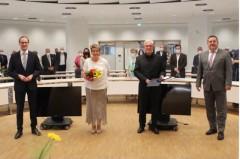 Feierliche Verleihung des Verdienstkreuzes am Band an Jürgen Rabe (2. von rechts) mit Bernd Poggemöller (Bürgermeister Stadt Löhne), Roswitha Rabe (Ehefrau des Ordensträgers) sowie Landrat Dr. Axel Lehmann (von links). Foto: Kreis Lippe