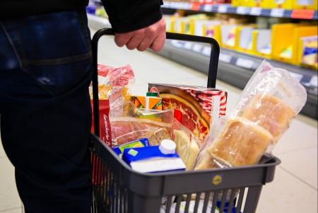 Damit der Einkaufskorb nicht leer bleibt: Beschäftigte in der Ernährungsindustrie sorgen für ausreichend Lebensmittel auch in Krisenzeiten. Jetzt gibt es für sie mehr Geld. .Foto:NGG