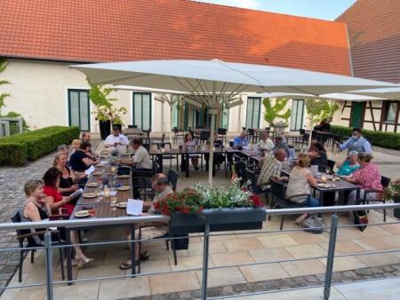 Busunternehmer*innen trafen sich beim gemeinsamen Abendessen im Schloss Benkhausen .
