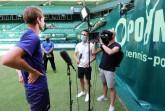 Tennis-Profi Sebastian Korda (links) im Post-Match-Interview mit Journalist Ursin Caderas und Kameramann Brucie Smith von der ATP Media. © NOVENTI OPEN/HalleWestfalen