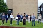 Jupa mit Gratulanten: Benno Schulz und Sarah Alawuru (vorn, Mitte) nahmen als Sprecherteam zusammen mit einigen Mitgliedern und Gästen den LWL-Preis aus der Hand von LWL-direktor Matthias Löb entgegen.Foto:Stadt Gütersloh