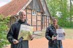 Bereiten unter dem Motto #spexardwandert zwei Routen durch die Bauerschaft an: Theresa Feldhans (1. Vorsitzende, rechts) und Simon Hecker vom Heimatverein Spexard. (Foto: M. Schumacher)
