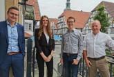 Bürgermeister Andreas Sunder (links) mit dem bisherigen Geschäftsführer der Gartenschaupark Rietberg GmbH und der Stadtmarketing Rietberg GmbH, Peter Milsch (rechts), dessen designiertem Nachfolger Johannes Wiethoff und Lisa Jephcote, die die Geschäftsleitung vertreten wird. Foto: Stadt Rietberg