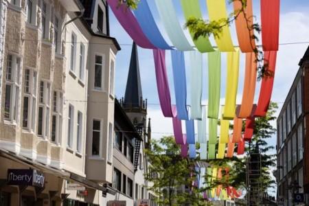 Die Mittlere Berliner Straße wird über die Sommerzeit in Regenbogen-Farbspiele getaucht.Foto:Stadt Gütersloh