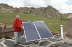 Prof. Enebish Namjil, mongolischer Projektkoordinator, beim Aufbau einer neuen PV-Anlage.Foto:Sven Jona, Axiotherm GmbH