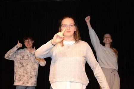 """Leon Kutscha, Lena Ahlemeyer und Lisa Wiersig (v. l.) bringen mit dem """"YouTH-on-Stage"""" die Theatershow """"Das Los der kleinen Träume"""" auf die Bühne.Foto:© Ann-Britta Dohle"""