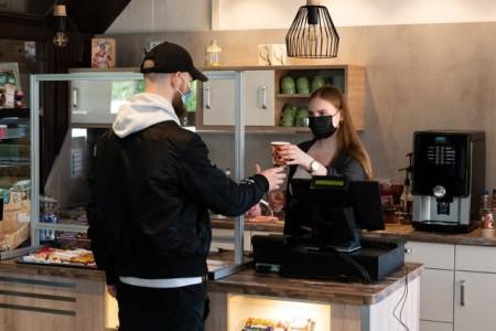 """Im """"Reh-Café"""" des BBW sammelt Melina Moch praktische Erfahrungen im Rahmen ihrer Ausbildung zur Verkäuferin. Foto: Thomas Richter"""