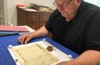Alte Akten und Dokumente muss man teils sehr vorsichtig anfassen, sagt Thorsten Austermann, weil sie sonst zerfallen könnten. Foto: Stadt Rietberg