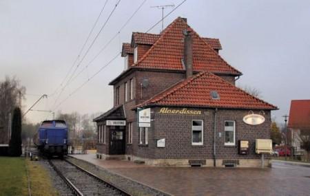 Der Museumszug mit Diesellok am Bahnhof in Alverdissen. Foto: Michael Rehfeld