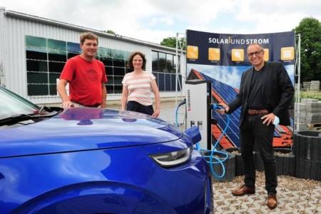 Geschäftsführer Andreas Poggemeyer (v.l.), Rödinghausens Klimaschutz-Managerin Dr. Sarah Sierig und Bürgermeister Siegfried Lux haben eine der Ladesäulen ausprobiert.