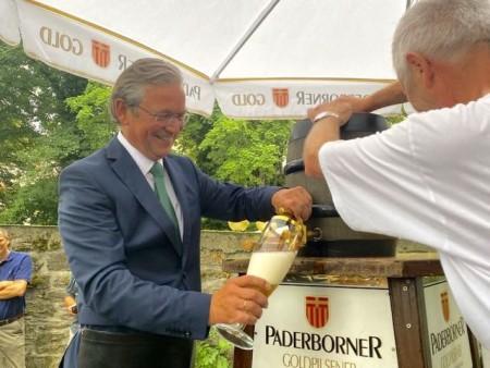Bürgermeister Michael Dreier stach am Samstagabend traditionell das Fass an und gab den Startschuss für neun Tage Libori light.Foto:© Stadt Paderborn