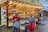 Melanie Struck vom Sozialamt der Stadt Paderborn (links), freut sich gemeinsam mit der Paderborner Clownin Paula alias Hildegard Ebe über die Libori Beutel Aktion.Foto:© Stadt Paderborn