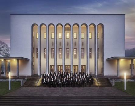 Die Bielefelder Philharmoniker, hier vor der Rudolf-Oetker-Halle in Bielefeld, geben am Donnerstag, 2. September, ein Klassik-Open-Air-Konzert in der Volksbank-Arena im Gartenschaupark Rietberg. Tickets dafür gibt es ab Freitag, 30. Juli. Foto: Christian R. Schulz