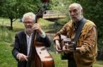 Laden zur einer Runde Blues auf dem Berliner Platz ein: v.l. Roger Clarke-Johnson und Gerry Spooner.