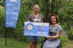 v.l.: Melanie Wiemers und Kati Jördel nehmen den Spendencheck für den Verein Ein Teil vom Ganzen all inklusive entgegen. Jördels nächstes Projekt ist eine Reise mit dem E-Rollstuhl nach Lindau am Bodensee. Für den Strom sorgt das Stadtwerk!