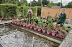 Luba Karrer, Johanna Meisner und Ewa Galla (von links) haben zusammen mit ihren Kolleginnen die drei Mustergärten im Gartenschaupark wieder in Schuss gebracht. Foto: Stadt Rietberg