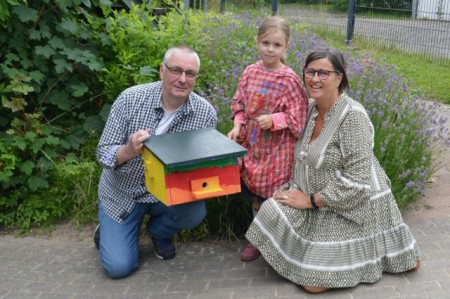 Lisa, Petra Kammler und Jürgen Tank präsentieren das farbenfrohe Hummelhaus.Foto: BUND Lemgo
