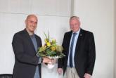 """Jan Holsteg (l.) ist seit seiner Jugend der """"grünen Branche"""" verfallen, seit Sommer 2028 arbeitet er mit bei der Landesgartenschaugesellschaft in Höxter, jetzt übernimmt er die Geschäftsführung. Darüber freut sich Bürgermeister Daniel Hartmann."""
