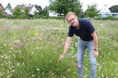 Kontrollierte Vielfalt: Dirk Buddenberg erläutert am Beispiel der Wiese am Rand des Wohngebiets Krullsbachaue das Mahdkonzept der Stadt.Foto:Stadt Gütersloh
