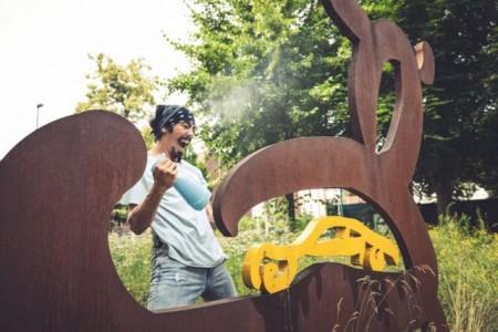 Tänzer Reza Jaxon bei der künstlerischen Putzperformance. Das Ergebnis ist ab sofort auf dem Gütersloher Kulturportal zu sehen. Foto:Quelle Stadt Gütersloh