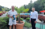 Zweistufiges Kurssystem zum Schwimmen lernen:  Schwimmmeister Josef Gottschalk und Bürgermeister Burkhard Schwuchow sorgen im HaWei, Büren-Harth, für kostengünstige Schwimmkurse für Kinder.Foto:Stadt Büren