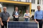 (von links nach rechts): Bernd Adam (Geschäftsführer der Stadtwerke Vlotho GmbH, Rocco Wilken (Bürgermeister der Stadt Vlotho), Carina Heyer (Klimamanagerin der Stadt Vlotho) und Matthias Sasse (Vertriebsleiter Stadtwerke Lemgo).