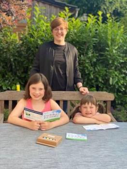 Matilda und Frida freuen sich gemeinsam mit Annalena Schaefer über die neuen Tourenbücher. Foto: LTM GmbH