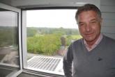 Wolfgang Oesterschlink kann von der Mühle herab auf die neue große Photovoltaikanlage auf dem Dach des Sackwarenlagers blicken. Foto: Stadt Rietberg
