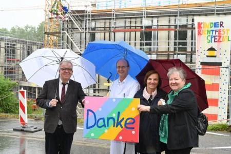 v. l.: Mit einem Bild, von einer Patientin der Kinderkrebsstation gemalt, bedanken sich Pastor Ulrich Pohl und Univ.-Prof. Dr. med. Eckard Hamelmann bei Marita Neumann und Hannelore Knust. Foto: Manuel Bünemann