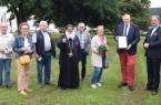 Im Beisein von weiteren Wettbewerbsteilnehmern und Jurymitgliedern überreicht Bürgermeister Daniel Hartmann die Gewinnerurkunde an Freya Vieth. Foto: Stadt Höxter