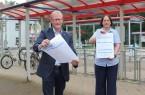 Engers Bürgermeister Thomas Meyer (l.) und die städtische Mitarbeiterin Meike Kornblum mit den Fragebögen zur HaushaltsbefragungFoto:Stadt Enger