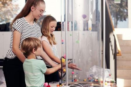 Mehr als 10.000 Schülerinnen und Schüler haben seit der Eröffnung im Jahr 2011 in dem Labor experimentiert und geforscht. Foto: ©Patrick Pollmeier/FH Bielefeld