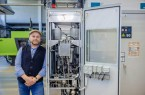 Prof. Dr. Jens Haubrock betreut das Labor für elektrische Energiespeicher und Brennstoffzellen an der FH Bielefeld. Foto: ©Alexander Tempel/ FH Bielefeld
