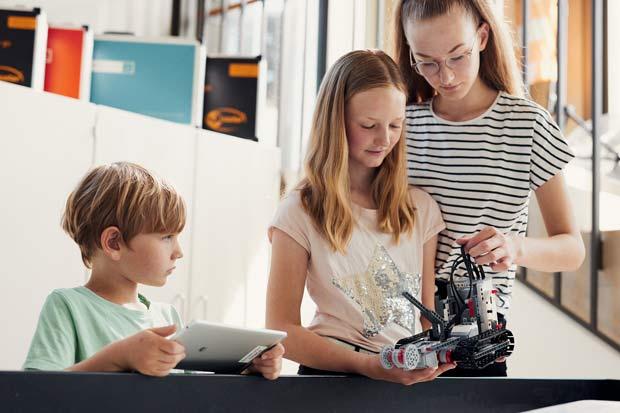Seit zehn Jahren nimmt das experiMINT Schüler*innenlabor der FH Bielefeld Kinder und Jugendliche mit auf eine Reise durch die Welt der Ingenieurwissenschaften. Foto: ©Patrick Pollmeier/FH Bielefeld