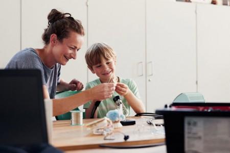 Das Ziel des Schüler*innenlabors ist es, Wissenschaft und Spaß zu verbinden, um das Interesse junger Menschen für technische Studiengänge und Berufe zu wecken. Foto: ©Patrick Pollmeier / FH Bielefeld