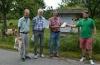 v. l.: BUND-Kreisvorsitzender Stephan Culemann, Bruno Bolli und Eckhard Buschmeier nehmen die Urkunde von Cassian Cassens in Empfang. Foto: ©BUND Lemgo
